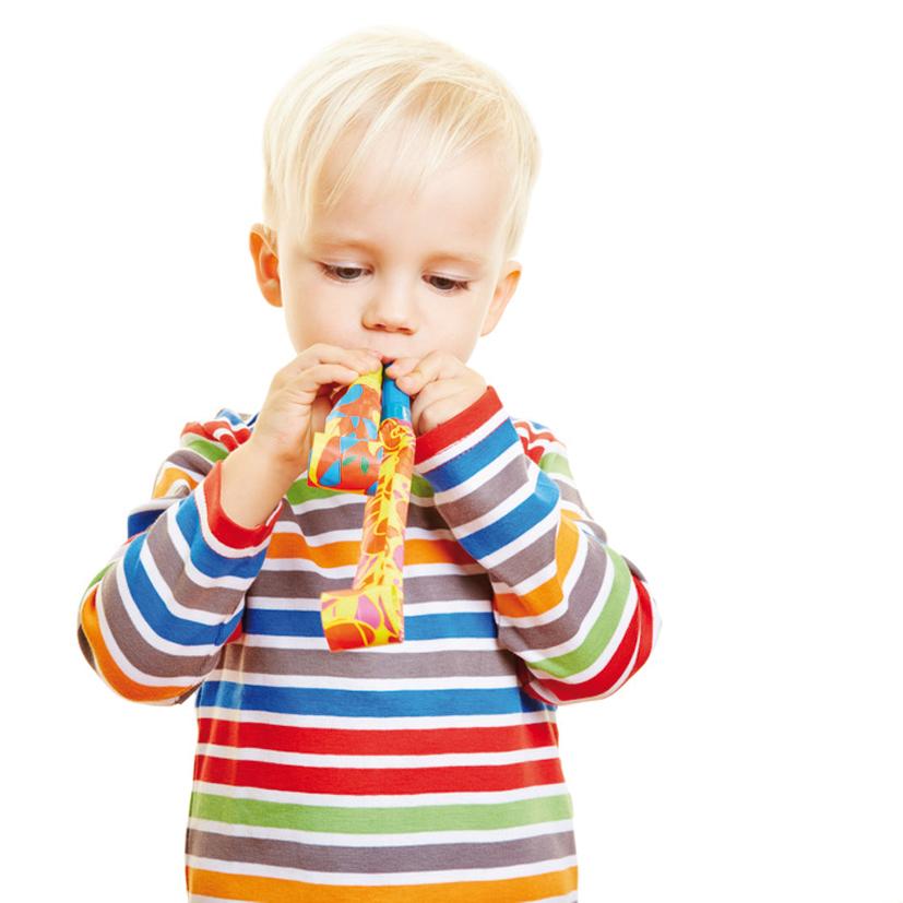 Kind pustet in zwei Luftrüssel